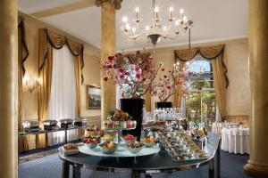 A restaurant or other place to eat at Hotel Splendide Royal