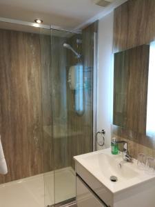 A bathroom at Aberconwy House B&B
