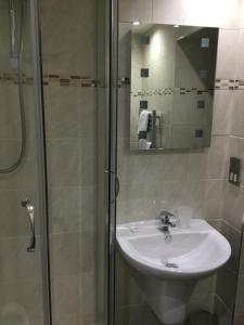 A bathroom at Balbairdie Hotel