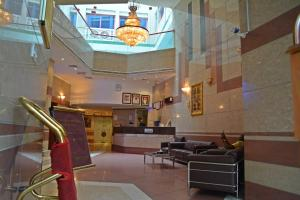 The lobby or reception area at Queens Hotel