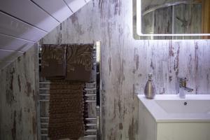 A bathroom at Beudy Bach Bed & Breakfast