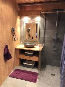 A bathroom at Gite Des 3 Chateaux