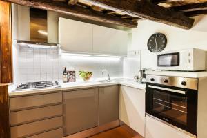 A kitchen or kitchenette at Luxury Apartment Pantheon