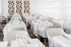 Un restaurante o sitio para comer en Hotel Atlantic Mirage Suites & SPA