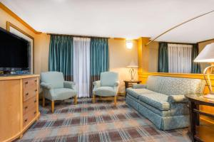 A seating area at Baymont by Wyndham Kitty Hawk Outer Banks
