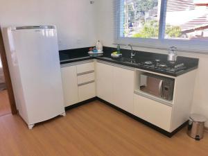 A kitchen or kitchenette at Apartamento no Centro de Gramado