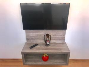 A television and/or entertainment centre at Apartamento no Centro de Gramado