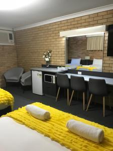 A kitchen or kitchenette at Blue Violet Motor Inn