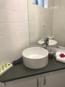 A bathroom at Blue Violet Motor Inn