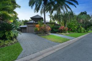 A garden outside Meryula - Luxury Holiday Home
