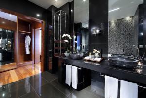 A bathroom at Eurostars Madrid Tower