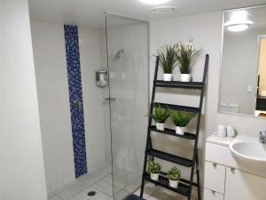 A bathroom at Cozyapt 108 Albert St