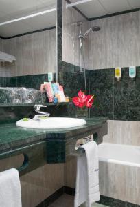 A bathroom at Abba Playa Gijón