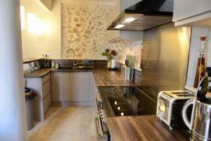A kitchen or kitchenette at Maison Remparts