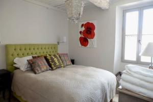 A bed or beds in a room at Maison Remparts
