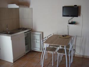 Cuisine ou kitchenette dans l'établissement Sente des Vignes