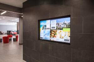 A television and/or entertainment center at Courtyard by Marriott Pullman
