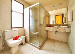 Um banheiro em Ocaporã Hotel All Inclusive
