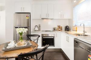 A kitchen or kitchenette at The Manhattan - Central & Sophisticated