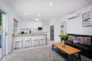 A seating area at Albury Yalandra Apartment 4