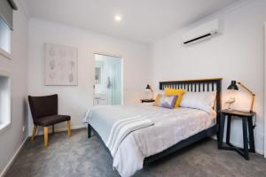 A bed or beds in a room at Albury Yalandra Apartment 5