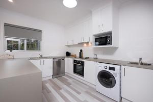A kitchen or kitchenette at Albury Yalandra Apartment 3