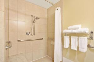 A bathroom at Wingate by Wyndham Houston Bush Intercontinental Airport IAH