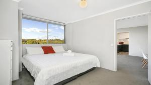 A bed or beds in a room at Light Filled Apartment Moments from the CBD - RAND3