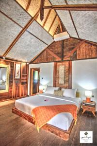 A bed or beds in a room at Apalagi Villas