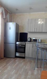 Кухня или мини-кухня в Apartments na Kolesova