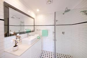A bathroom at Grand Historical Terrace at The Rocks