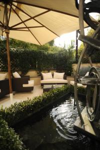בריכת השחייה שנמצאת ב-Hotel Villa Duse או באזור