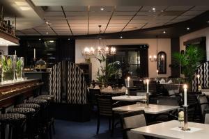 Ein Restaurant oder anderes Speiselokal in der Unterkunft Hotel Pommerloch