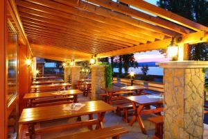 A restaurant or other place to eat at Lepke Apartmanház és Étterem