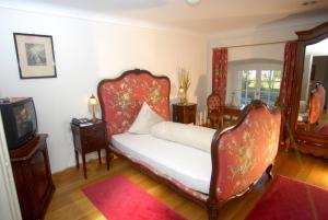 A bed or beds in a room at Hotel Gasthof Löwen