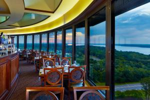 A restaurant or other place to eat at Marriott Shoals Hotel & Spa