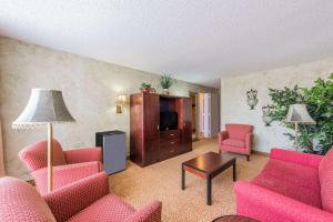 A seating area at Ramada by Wyndham Dallas Love Field