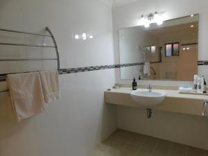 A bathroom at Beachport Bed & Breakfast