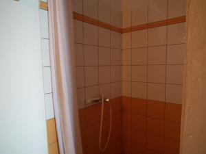 Salle de bains dans l'établissement Le Cardinal des Grands Bleus