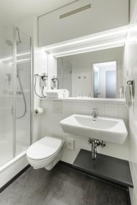 A bathroom at ibis Hotel Frankfurt Messe West