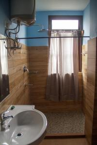 A bathroom at The Barfung Retreat