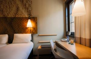 A bed or beds in a room at ibis Hotel Brussels off Grand'Place