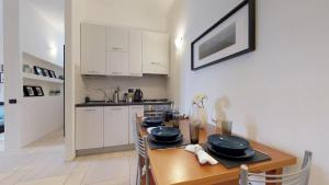 A kitchen or kitchenette at Apartment with private garden near San Siro Stadium