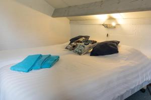 A bed or beds in a room at Gulpdal Vakantiewoningen.