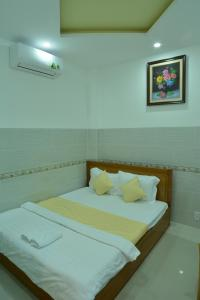 A bed or beds in a room at Hoang Chau Motel