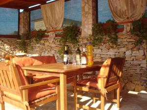 A restaurant or other place to eat at Apartments Villa Orange