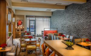 A restaurant or other place to eat at Hyatt Place Inner Harbor