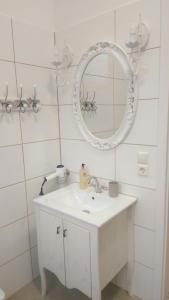 A bathroom at Romantic Style Apartment Berlin Mitte