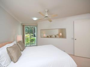 A bed or beds in a room at Government Road, Unit 03, 153, Bagnalls Beach Apartment