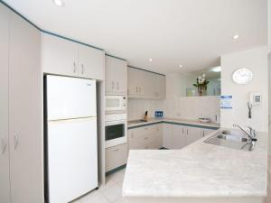 A kitchen or kitchenette at Government Road, Unit 03, 153, Bagnalls Beach Apartment